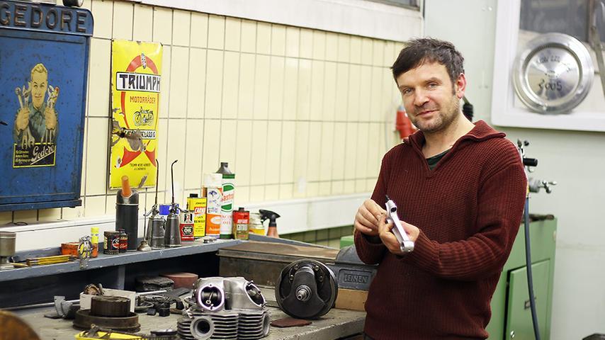 Klaus hat sich im Erdgeschoss eine große Motorradwerkstatt eingerichtet.