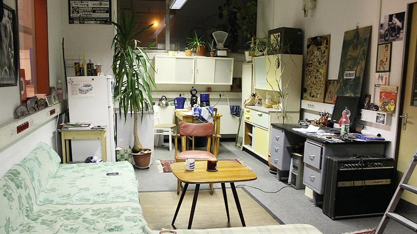 Im Nebenraum hat sich der 39-Jährige eine gemütliche Wohnküche eingerichtet.