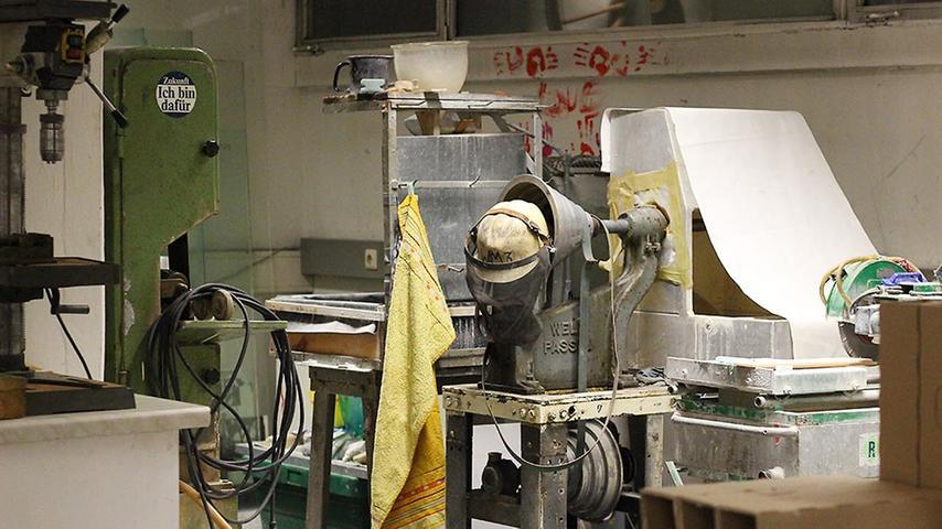 In seinem Atelier erledigt der gelernte Glasgestalter Auftragsarbeiten und werkelt an allerlei Kunst.