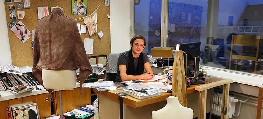 Künstler, DJ und Designer Stefan-Christoph arbeitet in seinem gemütlich eingerichteten Atelier an einer Kollektion für junge Frauen. Wie viele andere Mieter ist er sich der Zwischennutzung bewusst.