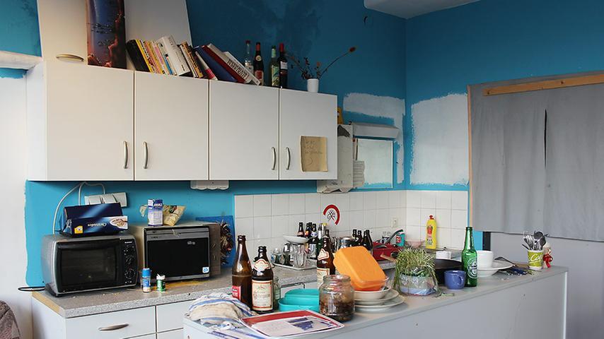Auch die gemeinsame Küche des Stockwerks mutet an wie eine WG-Küche. Hier versammeln sich die Kreativen, um sich auszutauschen oder für eine ihrer Versammlungen im Rahmen des Vereins