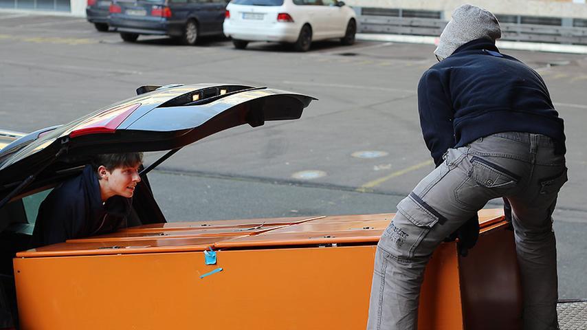 Die alten Mitarbeiter-Spinde finden nun eine neue Heimat in der ein oder anderen Wohngemeinschaft. Sie werden auf dem Gelände für 60 Euro das Stück verkauft. Anton (links) lädt das neue Möbel mit seinem Kumpel ins Auto.