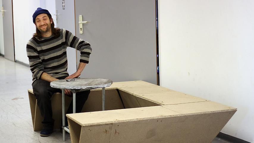Tom ist Produktdesigner. Ihm bieten die großen Räumlichkeiten genug Platz zum Werkeln, zum Beispiel, um eine Sitzbank zu bauen.