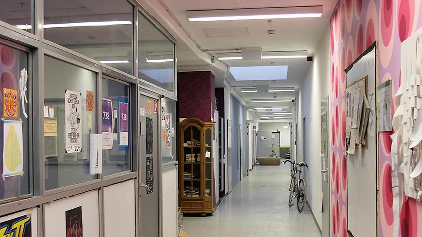 Im fünften Stock befinden sich viele Künstlerateliers und Büroräume nebeinander.