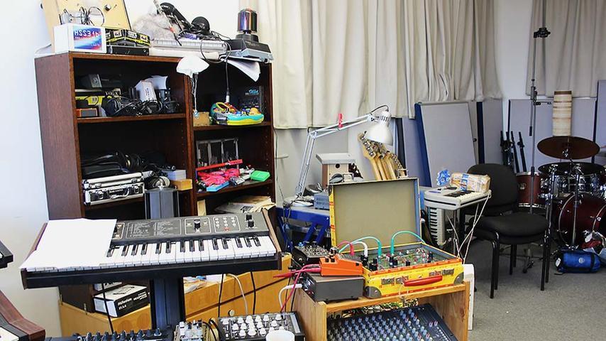 Seit zwei Jahren kann sich der Sounddesigner und Dozent an der Nürnberger FH in seinem Raum austoben, ohne dass sich Nachbarn über die Musik beschweren würden.