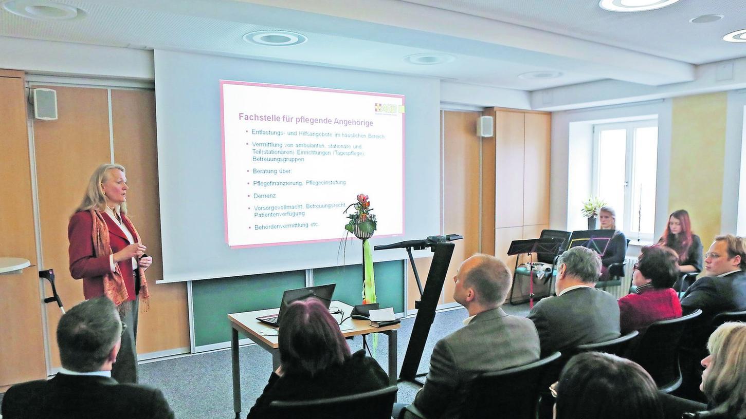 Über das große Interesse am Thema freute sich Rosi Schmitt (links oben). Vor über 40 Gästen informierte die Gerontotherapeutin über die vielfältigen Aufgaben der Fachstelle für pflegende Angehörige.