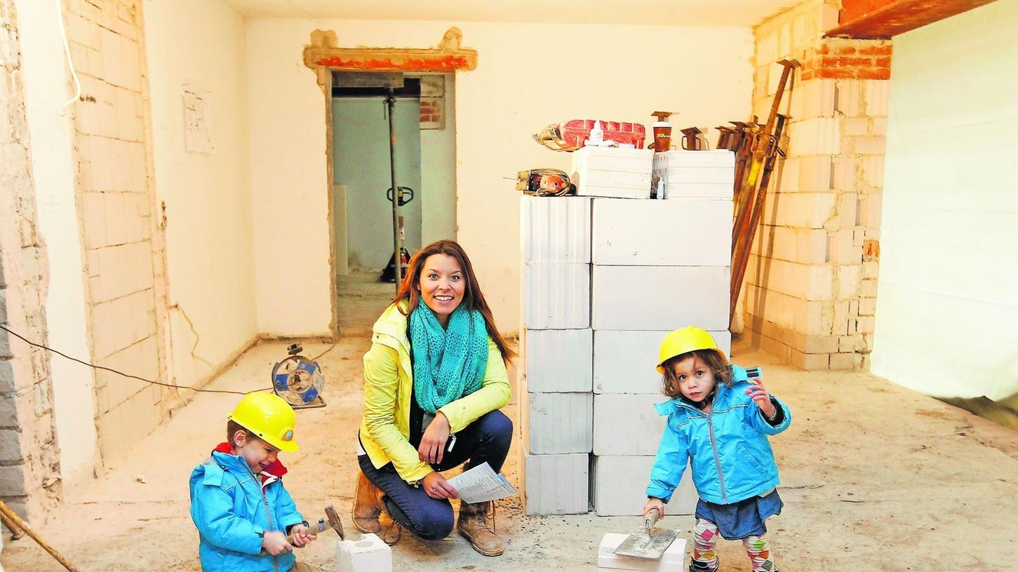 Joanna Schiener in der Baustelle, die schon bald eine Kinderkrippe sein wird, mit ihren Kindern Louis und Viola.