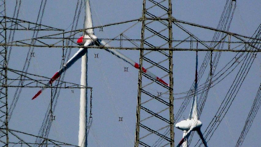 Grundlage für die Leitungen ist der nationale Netzentwicklungsplan. Er soll den Ausbaubedarf des deutschen Strom- und Gasnetzes in den nächsten zehn bis 20 Jahren darstellen. 2012 wurde der Plan zum ersten Mal ausgearbeitet, und zwar von den vier Übertragungsnetzbetreibern Tennet, Amprion, 50Hertz und TransnetBW.