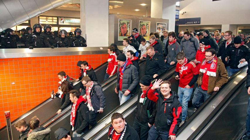 Als sich die Einsatzkräfte den FCB-Fans zuwenden, sind plötzlich alle ganz brav.