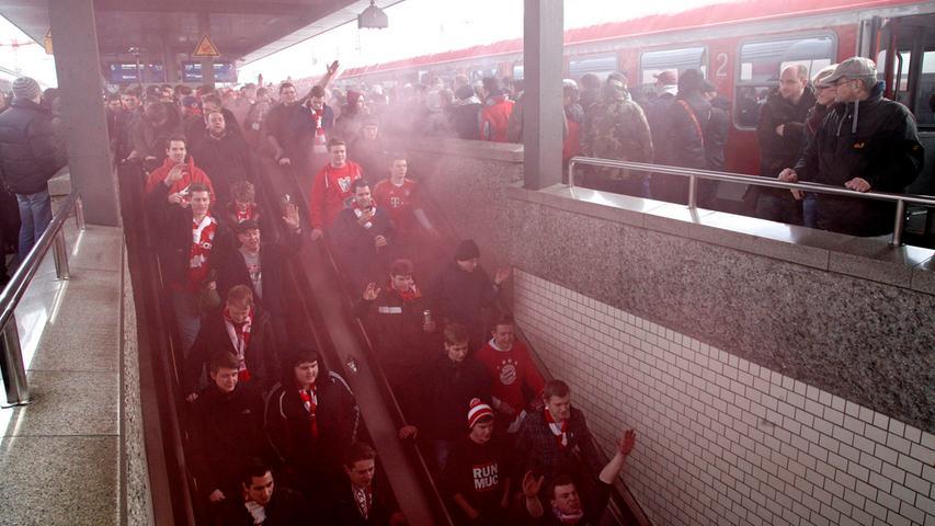 Per Sonderzug kommen die Fans des FC Bayern München am Derbytag nach Nürnberg. Am Hauptbahnhof ist dementsprechend viel los.
