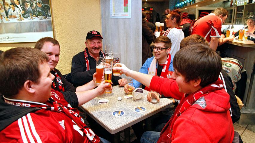 Gesellig bei einem Bierchen lässt es sich noch immer am besten auf das Derby einstimmen.