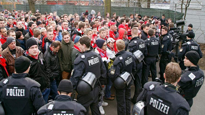 Am Stadion angekommen werden die Bayern-Fans von den Nürnberger Anhängern abgeschirmt.