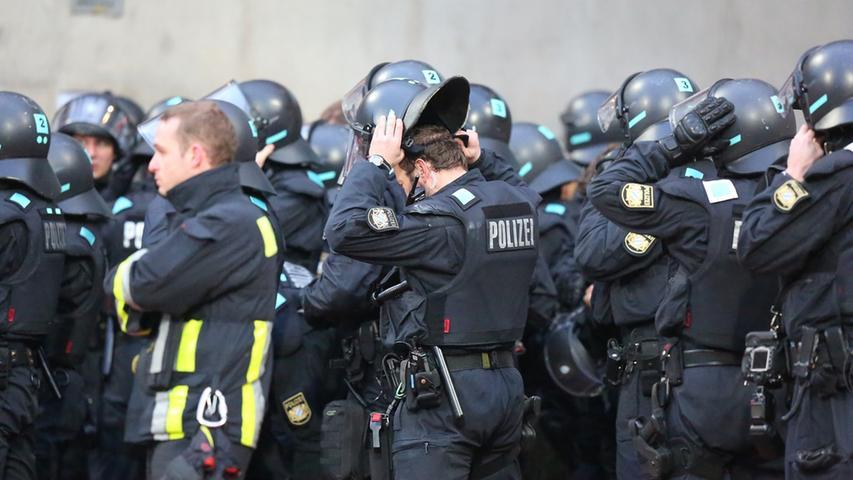 Rund ums Stadion machte sich die Polizei bereit um beide nun mehr denn je zerstrittenen Fangruppen auf Distanz zu halten. Nach eigener Darstellung gelang dies den Ordnungshütern auch vorzüglich.