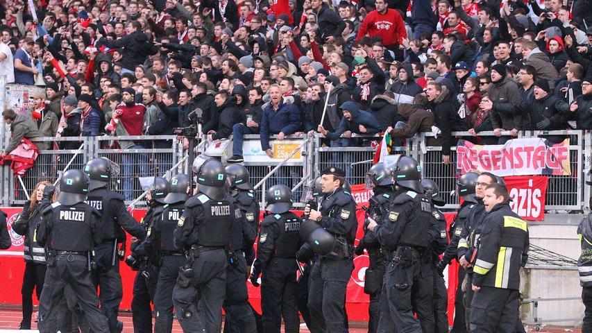 Bayern-Fahne im Club-Block hält Ordnungskräfte in Atem