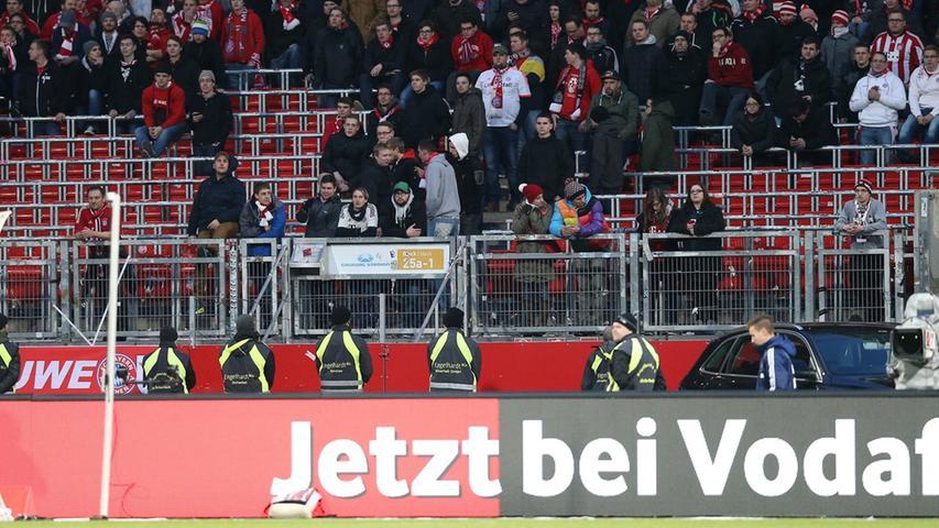 Auch wenn die Bayern-Fans auf diesem Bild alles andere als Aggression ausstrahlten, die Ordnungskräfte blieben weiter wachsam.
