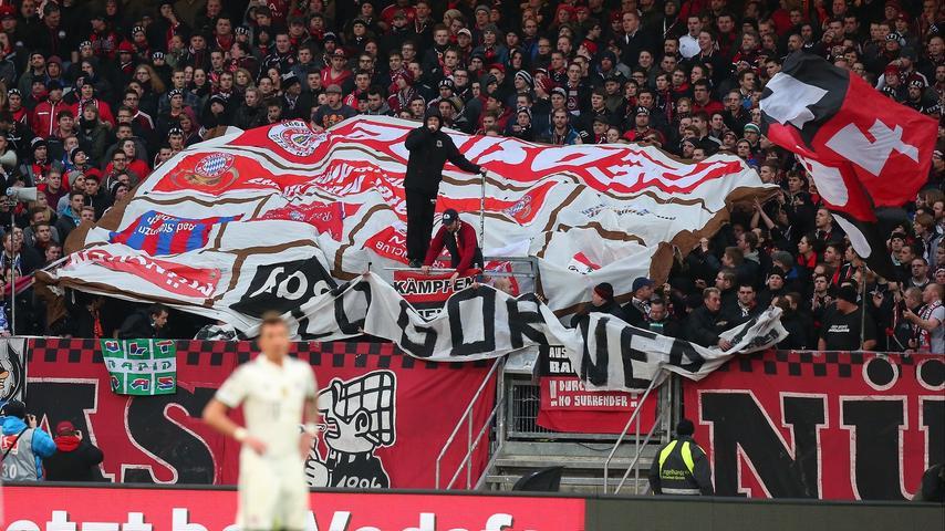 Kurz darauf entrollten die Ultras in den Blöcken 9 und 11 eine zusammengenähte Collage verschiedener anderer Bayern-Fahnen.