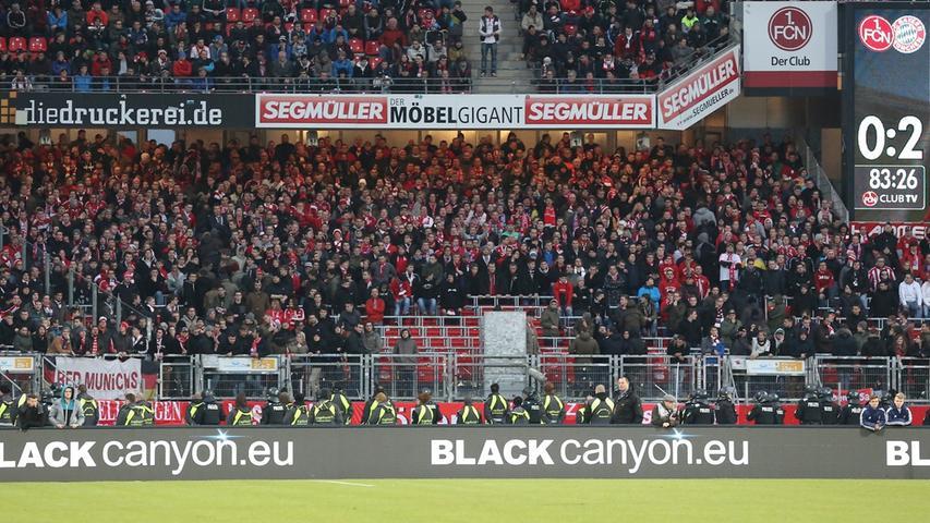Die Bayern-Fans verlassen an jenem für sie rabenschwarzen Tag vorzeitig den Block. Schlimme Ausschreitungen werden befürchtet, zum Glück bleibt aber alles friedlich.