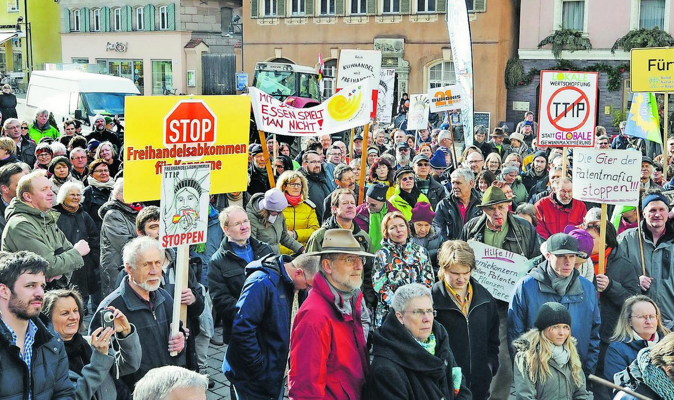 Landkreisweiter Protest: Am vergangenen Samstag zeigten in der Kreisstadt Roth die Gegner des Freihandelsabkommens der EU mit den USA Flagge.