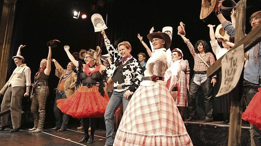 """Stallgeruch verbreiten die Sängerinnen aus München bei ihrem Auftritt in Fürth. Unter dem Motto """"Cowgirls kennen keine Gnade"""" wird der Wilde Westen kräftig durch den Kakao gezogen."""