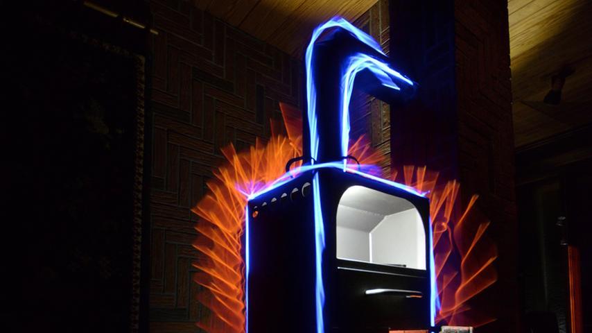 Beim Offenen Podium des Jungen Theaters Forchheim hat Fabian Abbé (36) mit  seinen Nachtfotografien und seinem Light-Paiting für einiges Aufsehen gesorgt.  Das Geheimnis seiner Bilder liegt dabei buchstäblich und bildlich gesehen im  Dunkel – außergewöhnlich für einen Fotografen. Ein Blick auf die Arbeiten des  Heroldsbachers.