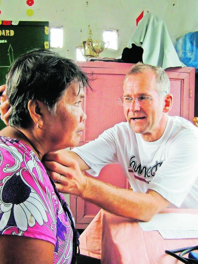 """""""Hinga alaro"""": """"Das heißt: tief atmen"""", sagt Dr. Thomas Carl. """"Und ,ul ul?' bedeutet: ,Haben Sie Schmerzen?'"""" Der Schwanstettener Arzt bei seiner Sprechstunde im philippinischen Katastrophengebiet. Dort hat der Taifun """"Haiyan"""", der auf den Philippinen """"Jolanda"""" genannt wird, ganze Städte dem Erdboden gleich gemacht. Besonders betroffen: die Stadt Tacloban auf der Insel Leyte."""