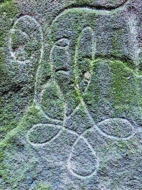 Die einzige – inzwischen nur noch schwer zu erkennende – Verzierung auf dem Studentenkreuz ist der Zirkel der Uttenreuthia, die nach dem Verbrechen das schlichte Steinkreuz zum Gedenken setzen ließ.
