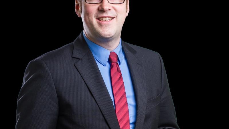 Auch der Erlanger Oberbürgermeister, Florian Janik, darf sich monatlich über ein Grundgehalt von 10.599 Euro (B8) freuen.