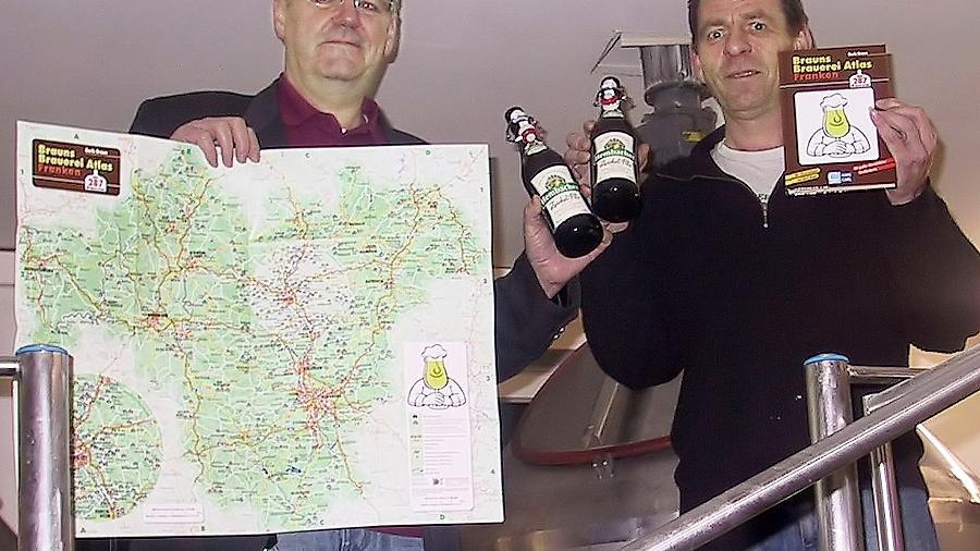 Boris Braun (li.) hat den Brauereiatlas zusammengestellt. Vorgestellt wurde er in der Rednitzhembacher Brauerei von Jürgen Müller.