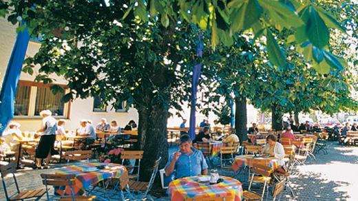 Seit 1971 wird der Gasthaus Güthlein als Familienunternehmen von Heinz & Marga Güthlein geführt. Vater und Sohn stellen in der hauseigenen Metzgerei allerhand Fleisch- und Wurstwaren her. Mutter und Tochter leiten mit viel Herzblut die Geschicke im Gasthof und Hotel. // Dorfstraße 14, 91056 Erlangen - Büchenbach