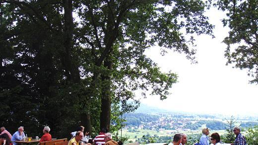 Der Pretzfelder Keller liegt auf dem Kirschenfestgelände zwischen Pretzfeld und Ebermannstadt und hat sich durch seine gemütliche Lage Platz 9 erkämpft. Der Biergarten wartet mit einem herrlichen Blick in die Weite. Dort finden die Gäste zwischen den Bäumen immer ein schattiges Plätzchen.