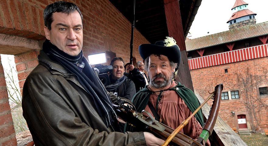 Auf den Wehrgängen der Nürnberger Burg posiert er mit einer Armbrust - aber das ist nicht die einzige Waffe, die ihm gut in den Händen liegt...