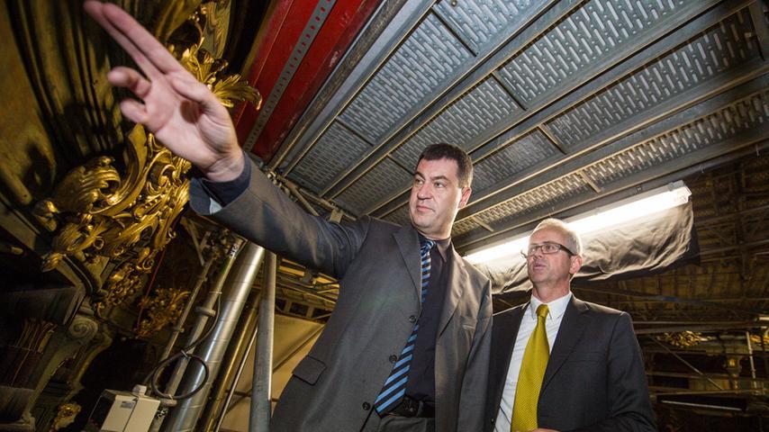 Ob ein kleiner Fingerzeig reicht, um seine Belange umzusetzen? Markus Söder und Bernd Schreiber, Präsident der Bayerischen Schlösserverwaltung, begutachteten 2013 die Sanierungsarbeiten im Opernhaus Bayreuth.