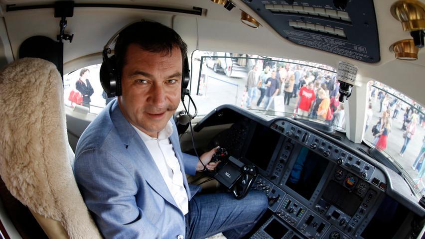 Selbst als Pilot in einem Privatjet überzeugt Söder souverän. Hier beim Tag der Luftfahrt 2013 am Nürnberger Flughafen.