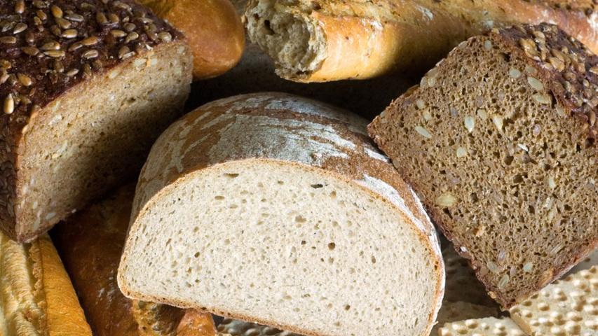 Brot, der wahrscheinlich allererste Rohstoff zum Bierbrauen. Vor etwa zehntausend Jahren entstand vermutlich das erste Bier, als ein Stück Brot feucht wurde und zu gären begann. In Vorderasien wurde die Herstellung dieses Ur-Biers verfeinert, und in Ägypten entwickelte es sich schnell zum Grundnahrungsmittel. So erhielten die für den Bau der Pyramiden eingesetzten Arbeiter täglich zwei Krüge Bier, und den Toten wurde das erfrischende Getränk mit ins Grab gegeben. Mundartsänger Fredl Fesl behauptet sogar, dass die Grabstätten der Pharaonen in Wirklichkeit gigantische Lagerstätten, eben die Bieramiden, sind.