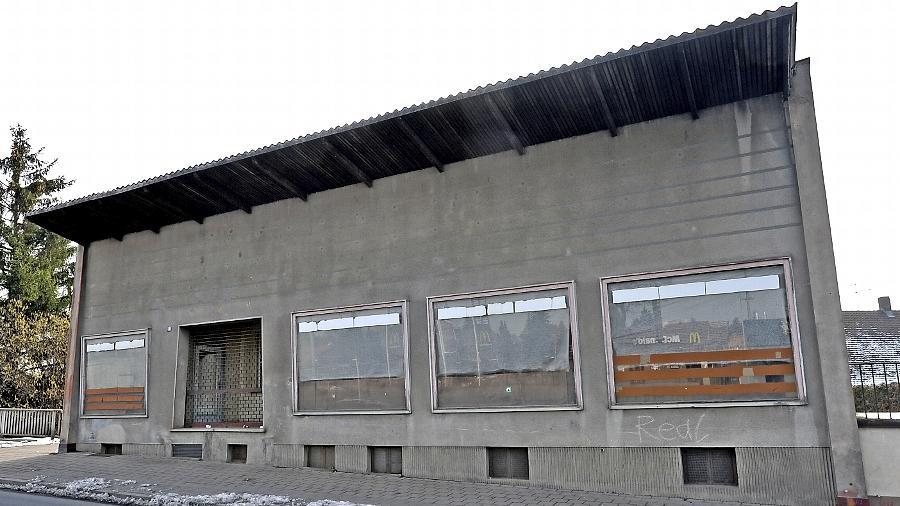 Seit Jahren steht das markante Haus unweit der Eisenbahnbrücke an der Würzburger Straße leer und wartet auf bessere Zeiten. Erst vor einigen Wochen wich das unansehnliche Aro-Gebäude gegenüber einer McDonald's-Filiale.