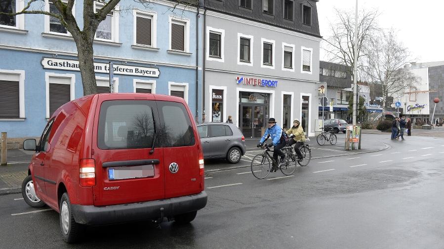 Für Planungsreferent Josef Weber muss das Parken an der Ecke zur Sedanstraße geändert werden, da das rückwärtige Ausparken der Autos für die Radfahrer zu gefährlich ist.