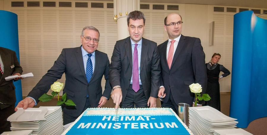 Das scheint zu wirken. Von 2013 bis 2018 war er Bayerischer Staatsminister der Finanzen, für Landesentwicklung und Heimat. Am 20. Februar 2014 schnitt Söder die Eröffnungs-Torte im Heimatministerium am Lorenzer Platz in Nürnberg an - ein Standort, für den er sich intensiv eingesetzt hatte.