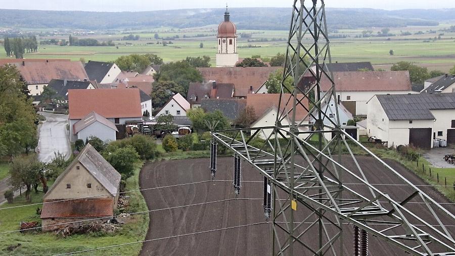 Strommasten direkt vor der Haustür, damit müssen in Mittelfranken (Bild) bereits viele Menschen leben. Der Widerstand gegen die geplante Süd-Ost-Stromautobahn in der Region ist groß.
