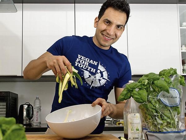 So kennen ihn die meisten seiner Fans: Attila Hildmann, Koch und Autor mehrerer veganer Kochbücher.