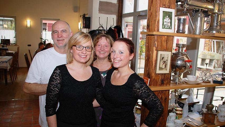 In Zirndorf hat sich rasch herumgesprochen, dass man sich das neue Café mal anschauen sollte: Robert und Elke Eder, hier mit den beiden Töchtern Lisa und Hanna (rechts), haben sich damit einen Traum verwirklicht.