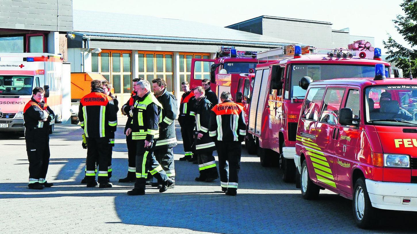 Erfolgreich verlief die Suchaktion nach einem Mann. Rund 350 Helfer von Feuerwehr, Polizei, Bergwacht und Wasserwacht waren rund um Adelsdorf im Einsatz. Sie entdeckten den Vermissten schließlich in einem Waldstück.