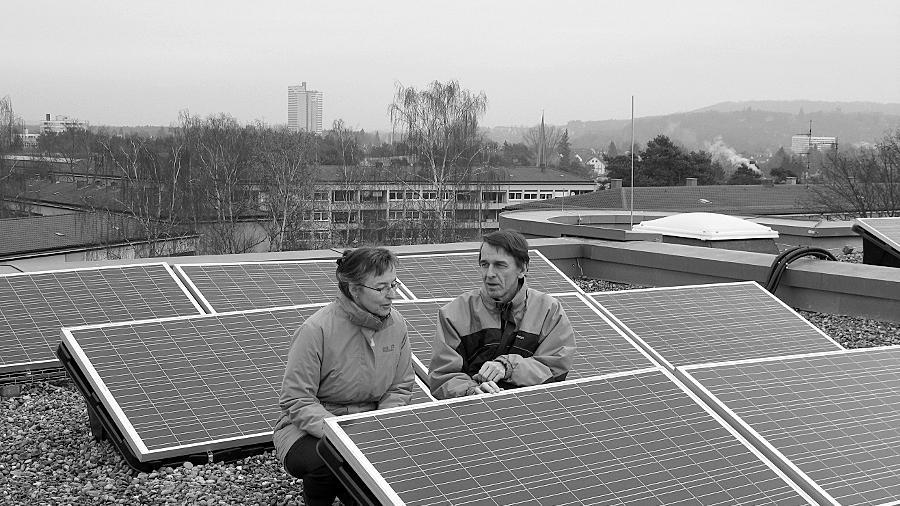 Einrichtungsleiterin Friederike Leuthe und Prof. Martin Hundhausen begutachten die Anlage auf dem Dach.