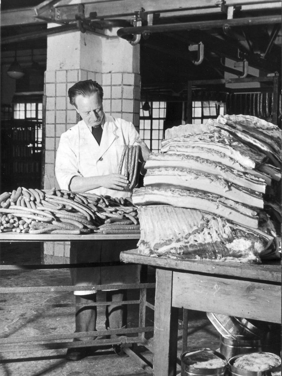 Die Bergkirchweih steht auch für kulinarischen Hochgenuss. Vor allem Fleischfreunde kamen und kommen nach wie vor auf dem Festgelände auf ihre Kosten. 1951 verarbeitete dieser Metzger 100 Schweinebäuche zu 8000 Bratwürsten.