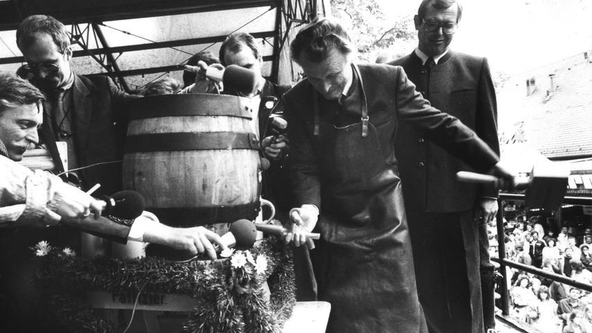 Tradition pur: Der Bieranstich durch den OB gehört zur Bergkirchweih wie das Riesenrad. Dietmar Hahlweg (SPD) war immerhin 24 Jahre lang Oberbürgermeister der Hugenottenstadt und durfte einige Fässer anstechen. Hier eröffnet er die Bergkirchweih 1987. Übrigens: Das Bier damals kostete 6,50 Mark.