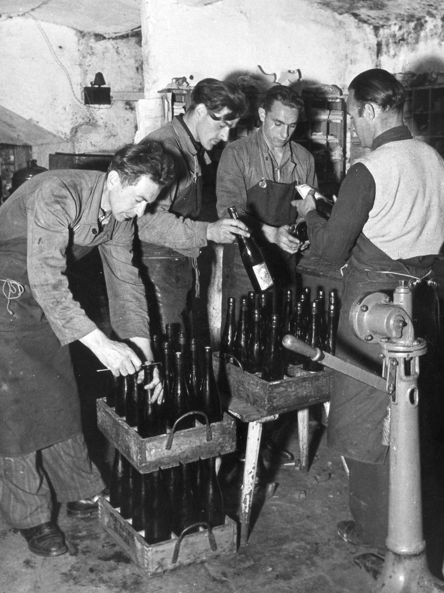 In den örtlichen Brauereien herrscht vor und während der Bergkirchweihzeit Hochbetrieb. Hier werden Flaschen mit Bier etikettiert, zugedeckt und versandfertig gemacht - ebenfalls im Jahre 1951.