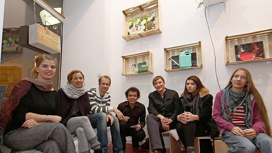 Die Künstlerinnen und Künstler haben ihre Porträts in Obstkisten eingerahmt.