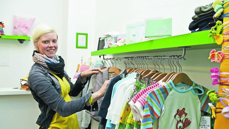 Sarah Heike in ihrem Mini-Lädchen in der Katharinengasse. Die Gründerin des Kindermodelabels Frogroggas macht vom Entwurf über den Schnitt bis hin zu Marketing und Verkauf alles selbst.