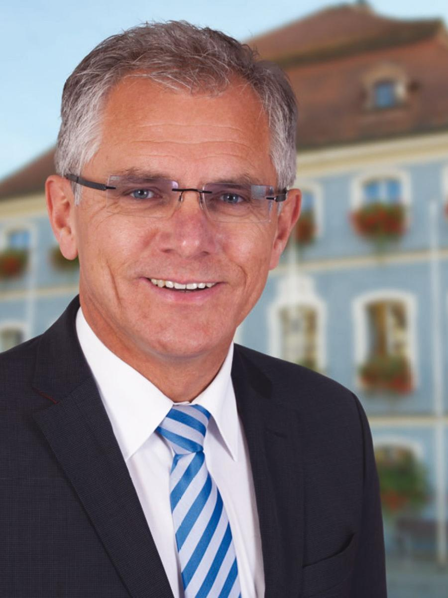 Am Ende war es eine klare Sache. Der alte und neue Berchinger Bürgermeister Ludwig Eisenreich (CSU) hatte in allen 24 Stimmbezirken der Stadt mal mehr, mal weniger deutlich die Nase vorn. Um 18.35 stand das Ergebnis fest: 55,04 Prozent für Eisenreich zu 44,9 Prozent für Gerhard Binder von den Freien Wählern.
