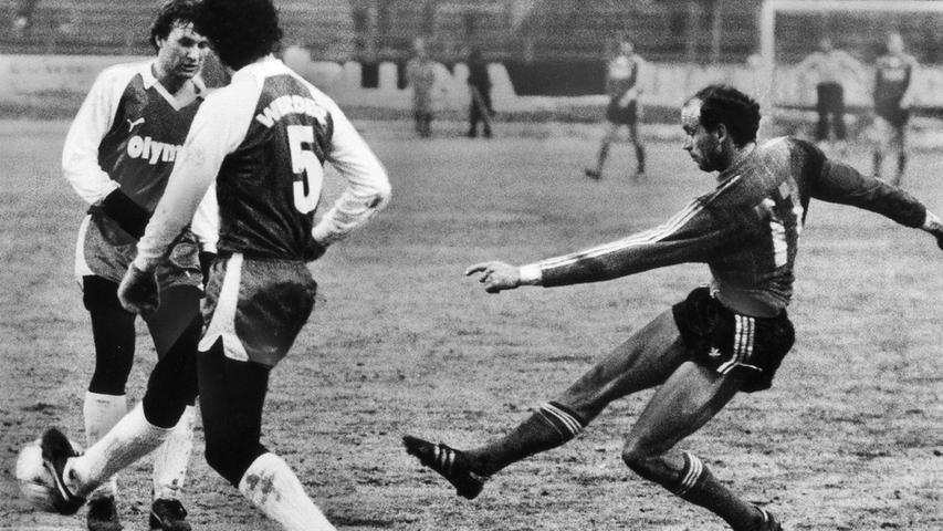 In den 80er Jahren findet das Duell seine Fortsetztung. Im Februar 1984 kämpft der Club wie zu seinen besten Zeiten und gibt dem Vizemeister auf heimischer Spielwiese mit 2:0 das Nachsehen. Im Angriff überragt Dieter Trunk, der Bruno Pezzey und Benno Möhlmann versetzt und den FCN bereits in der Anfangsphase auf die Siegerstraße bringt.