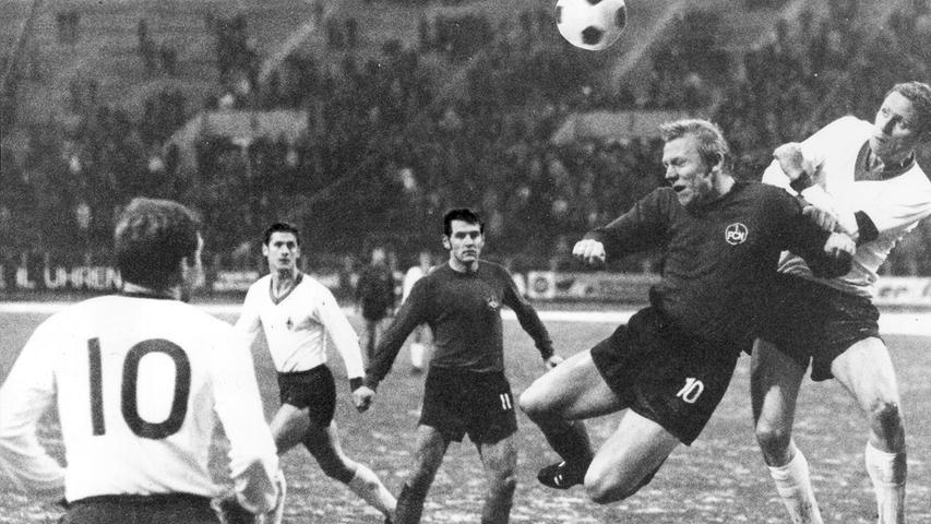 In der darauffolgenden Saison stürzt der Meister in die Zweitklassigkeit ab. Beim 1:1 gegen Werder im November 1968 - das als drittes Heimremis in Folge Eintrag in die Statistik findet - ist nach Abpfiff zu konstatieren, dass Kraft und Können nicht für 90 Minuten ausreichen. Und dies obwohl sich Hans Küppers in dieser Szene energisch im Luftkampf behauptet.
